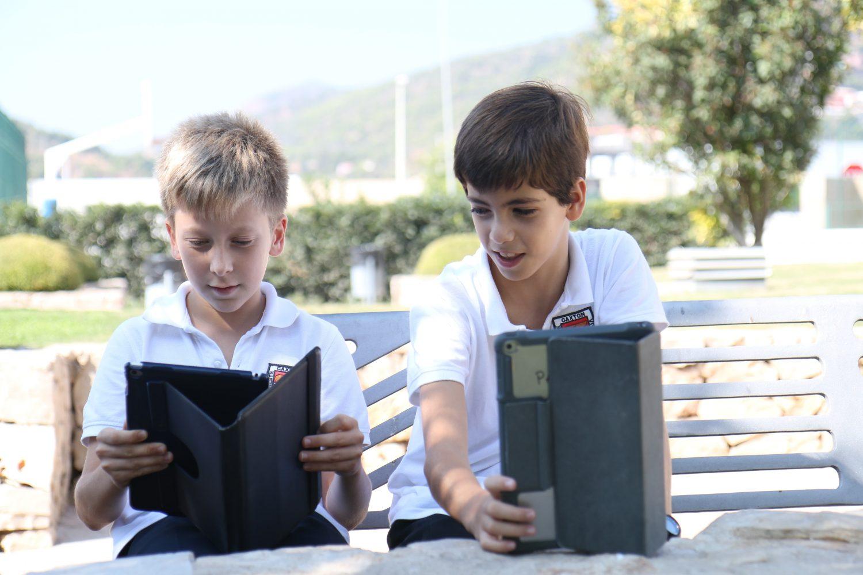 Alumnos de secundaria con iPad en las instalaciones de Caxton College