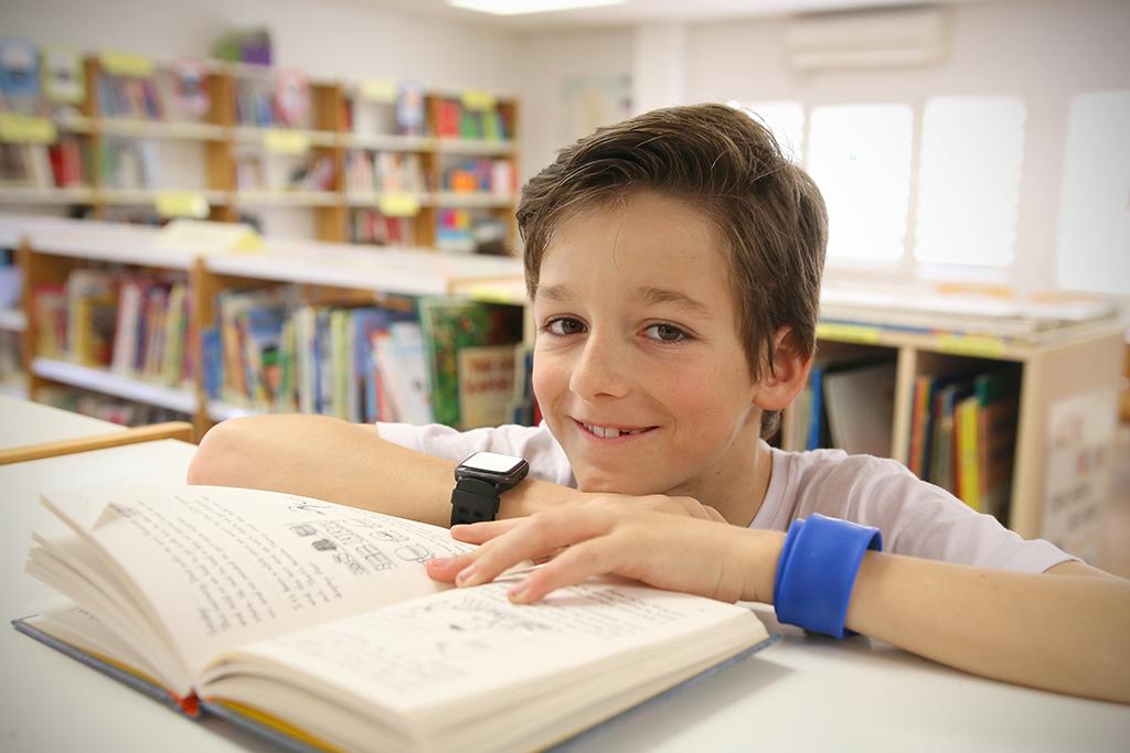 Alumno de primaria en la biblioteca de Caxton